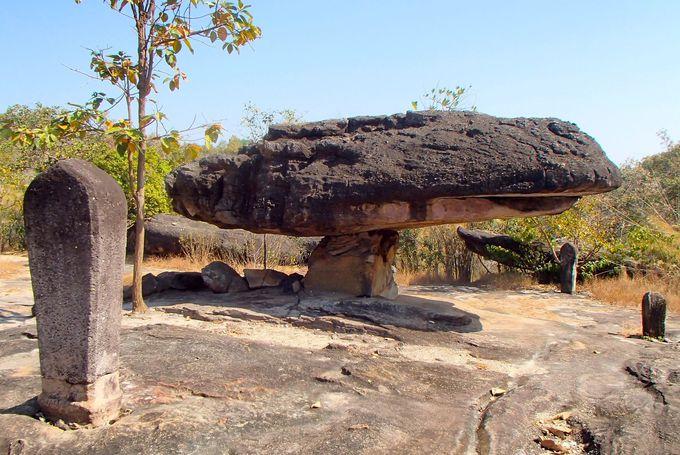 自然の力で形造られた奇岩や巨石群「プー・プラ・バート歴史公園」