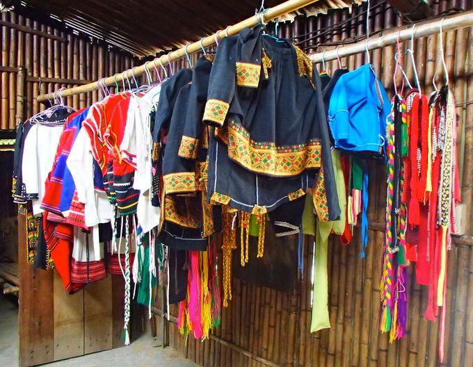 色鮮やかな民族衣装を身にまとって