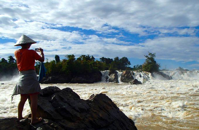 アジア最大の水量を誇る「コーンパペンの滝」