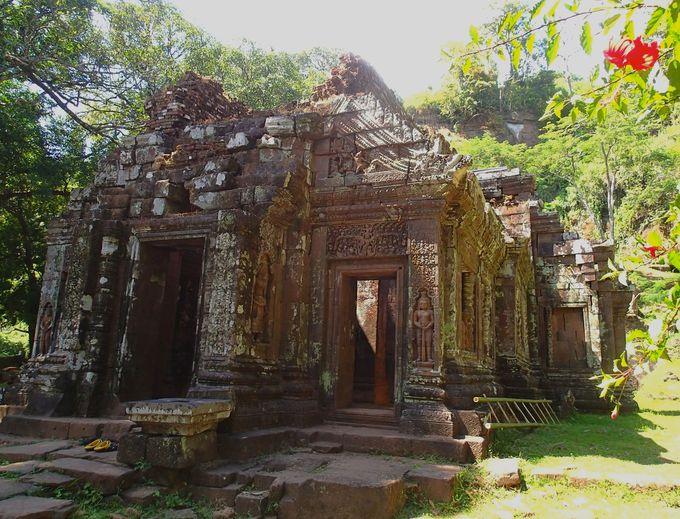 崩れかけた本堂に残るヒンドゥー教の美しさ
