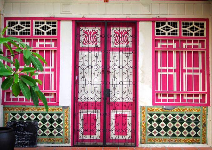 「プラナカン様式」の建物が彩りを添える街並み