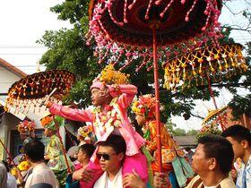 タイ北部に住む少数民族の祭典「出家セレモニー」は色の洪水!
