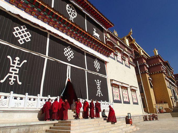 チベット様式の荘厳な大殿