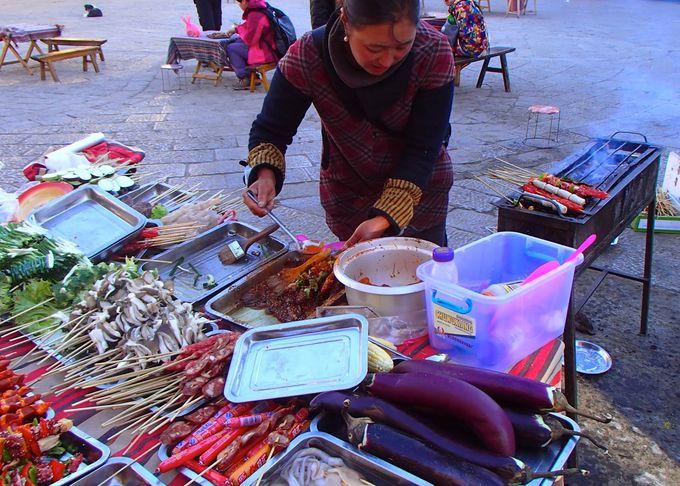 チベット風バーベキューは、唐辛子がたくさんかかったピリ辛味