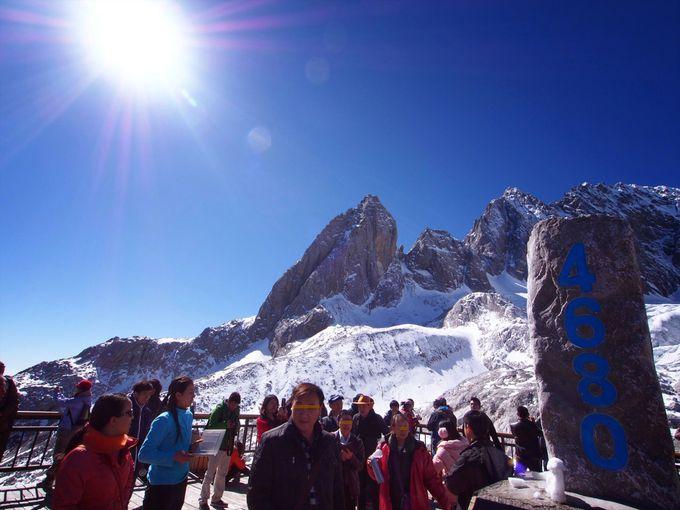 処女峰「玉龍雪山」の山頂をバックに記念撮影!