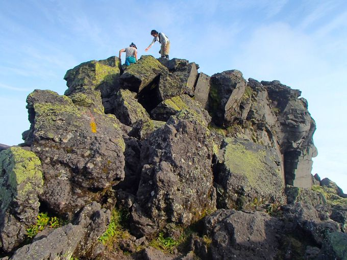 500年前は活火山!ごつごつと大きい岩場を慎重に!