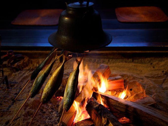 じんわりと温かい囲炉裏のともしびに郷愁を感じて