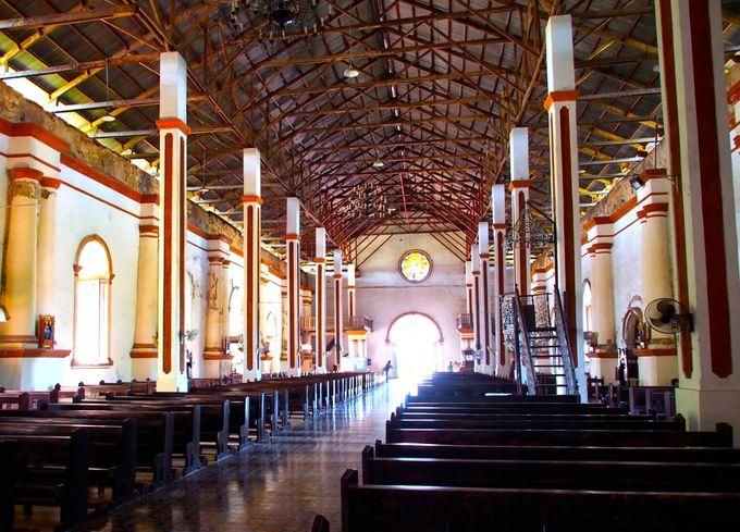 落ちた天井のアンバランスさが美しい聖堂内へ