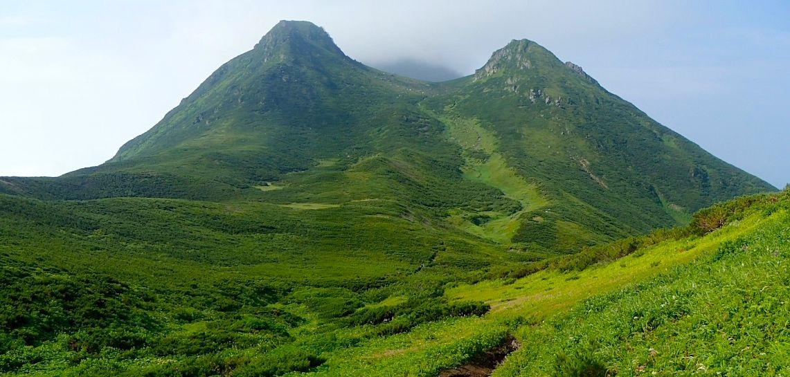 めぐるましく変わる景色と絶景が堪能できる知床連山縦走
