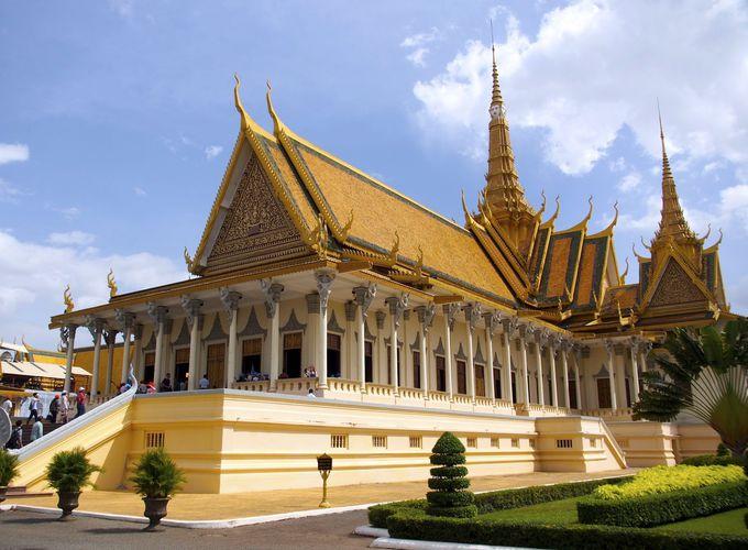 クメール様式の屋根が印象的で荘厳な「即位殿」