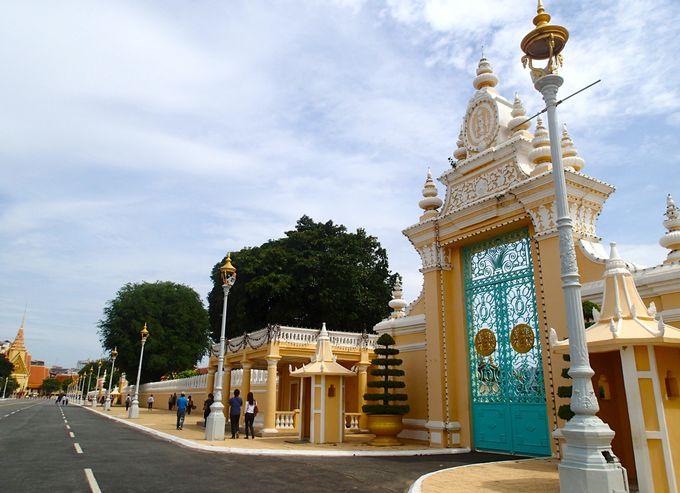 人気観光スポットのリバーフロントに建つ王宮へ