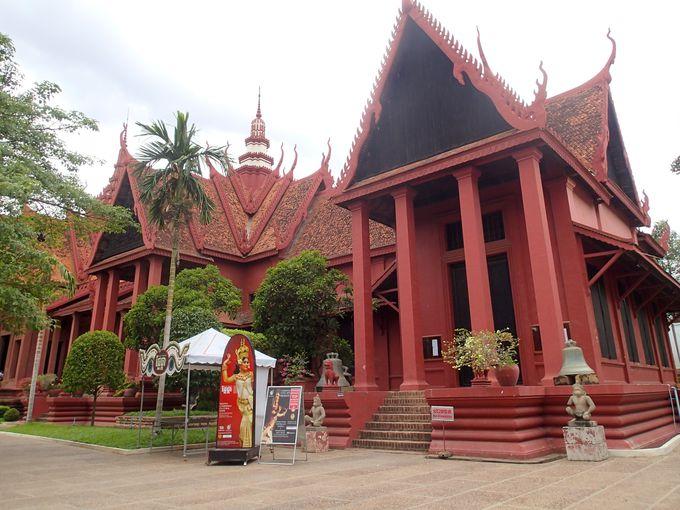 プノンペンの王宮からすぐ!赤い建物が目印「カンボジア国立博物館」