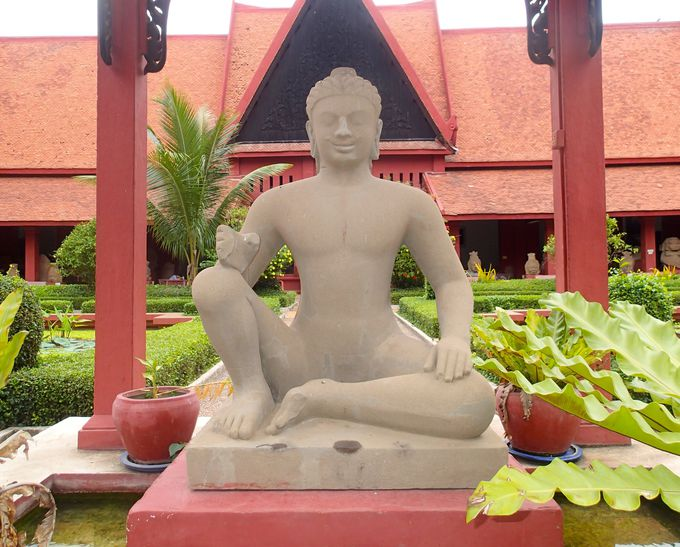 本物はここに!中庭中央に鎮座する「ライ王」の像は必見