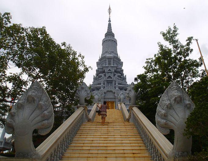 ウドンの丘に立つ仏跡を訪ねて