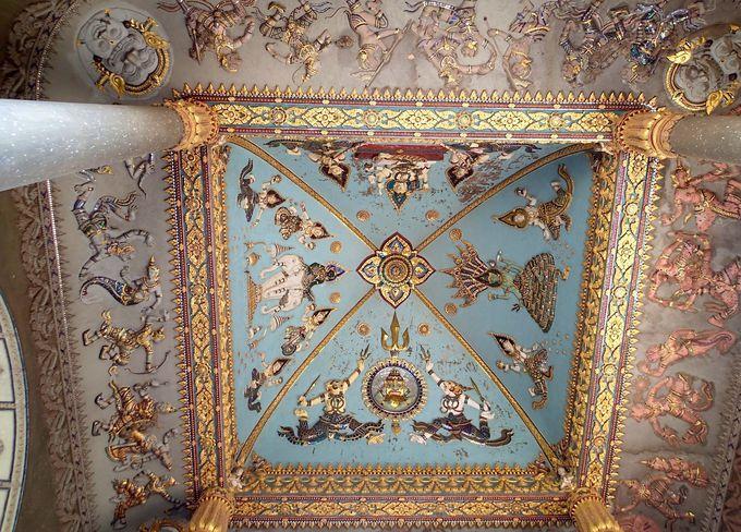 1階天井に描かれたレリーフは必見!華やかに舞う神々の美しさ