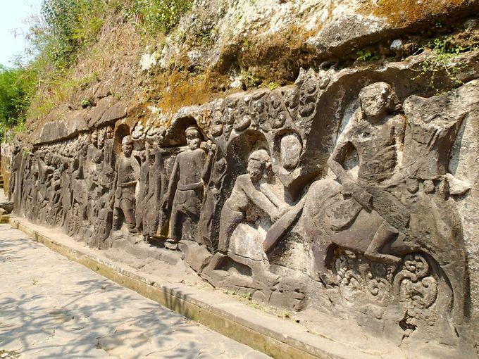 25メートルの一枚岩に彫られたレリーフは圧巻!