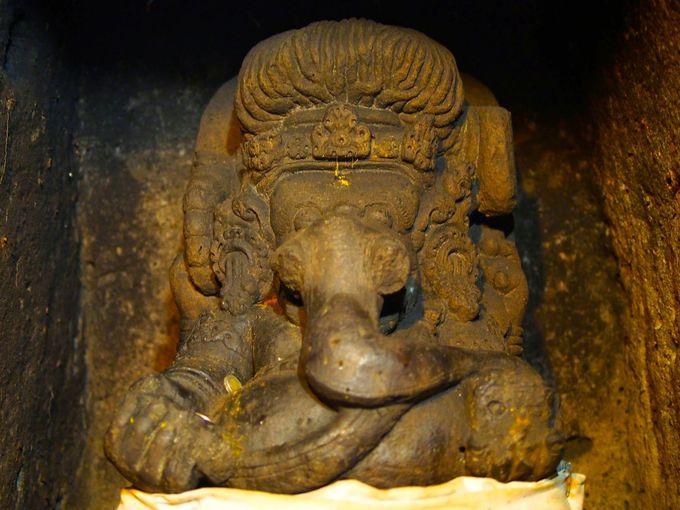 ヒンドゥー教の神々が祀られる洞窟内へ