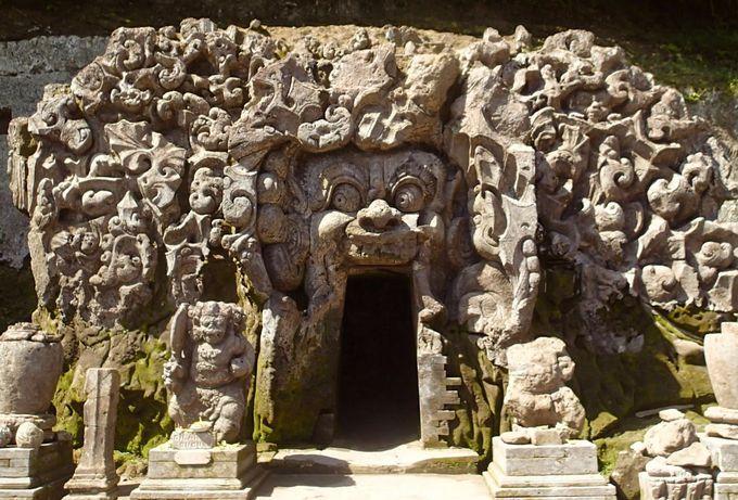 バリ島に存在しないゾウの名を持つ謎の洞窟