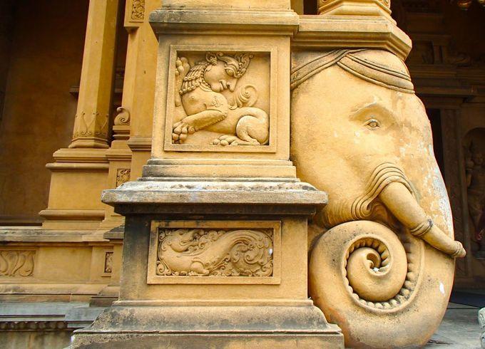 寺院を飾る美しいレリーフの数々