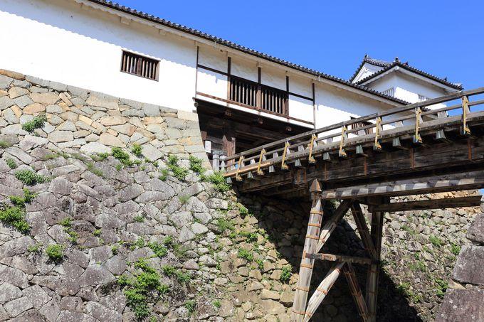 城門「天秤櫓」は左右対称の珍しい形