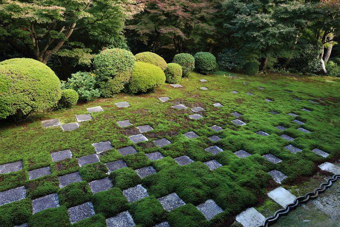 方丈北庭は色彩感溢れる市松の庭