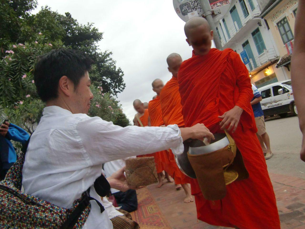 ルアンパバーンの托鉢儀礼は見るだけなく参加もできる。