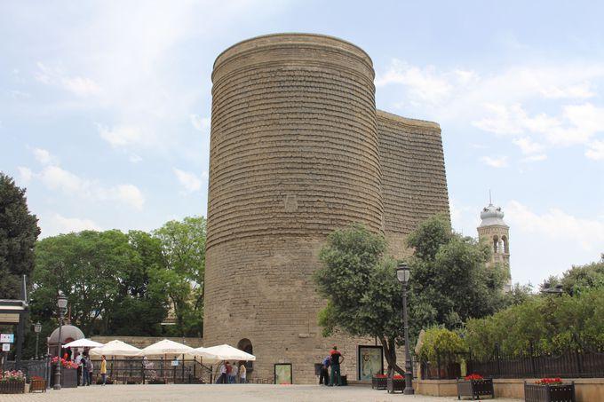 ミステリーに包まれた旧市街のシンボル「乙女の塔」