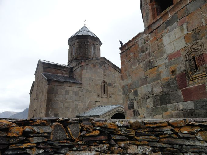 山の頂上から人々を見守る教会