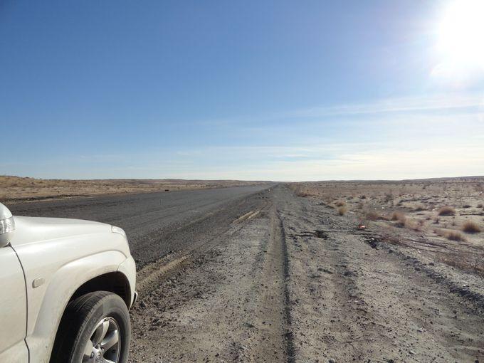 砂漠の一本道をひたすら走り続けること約4時間・・・