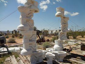 トイレ積み重なる!廃材アートLA郊外ノアプリフォイ博物館