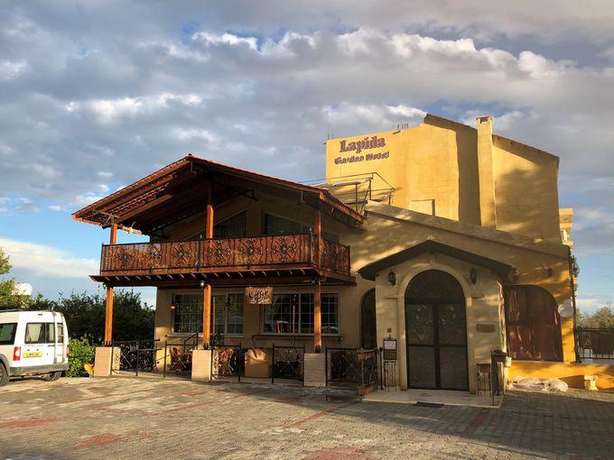 地中海を望むラプタ村にある「ラピダガーデンホテル」