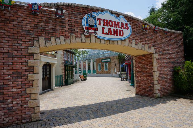 みんな大好き『トーマス』がお出迎え!アーチをくぐれば、そこは古き良きイギリスの田舎町!