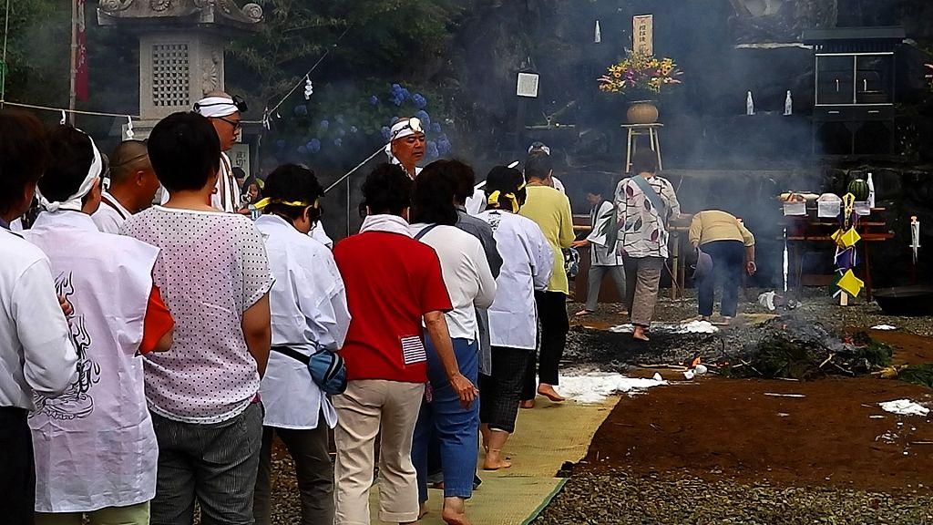 燃え跡を素足で渡る信者・参拝者の火渡り!