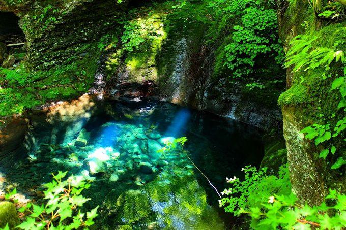 地図に載っていない幻の滝「おしらじの滝」はエメラルドブルーの滝壺が印象的!