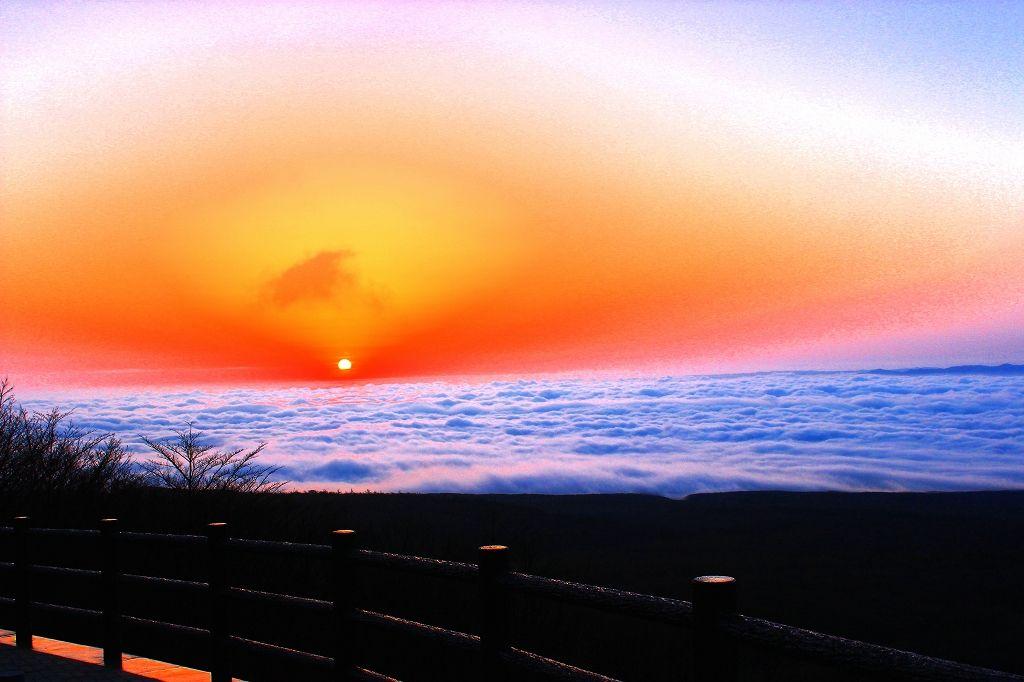 雲海から朝陽が出現する圧巻の大パノラマ!「恋人の聖地那須高原展望台」