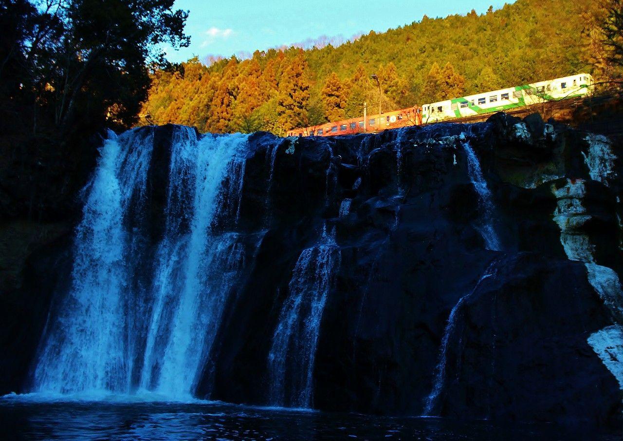 えっ!えっ!なにっ!滝の上を電車が走ってる!