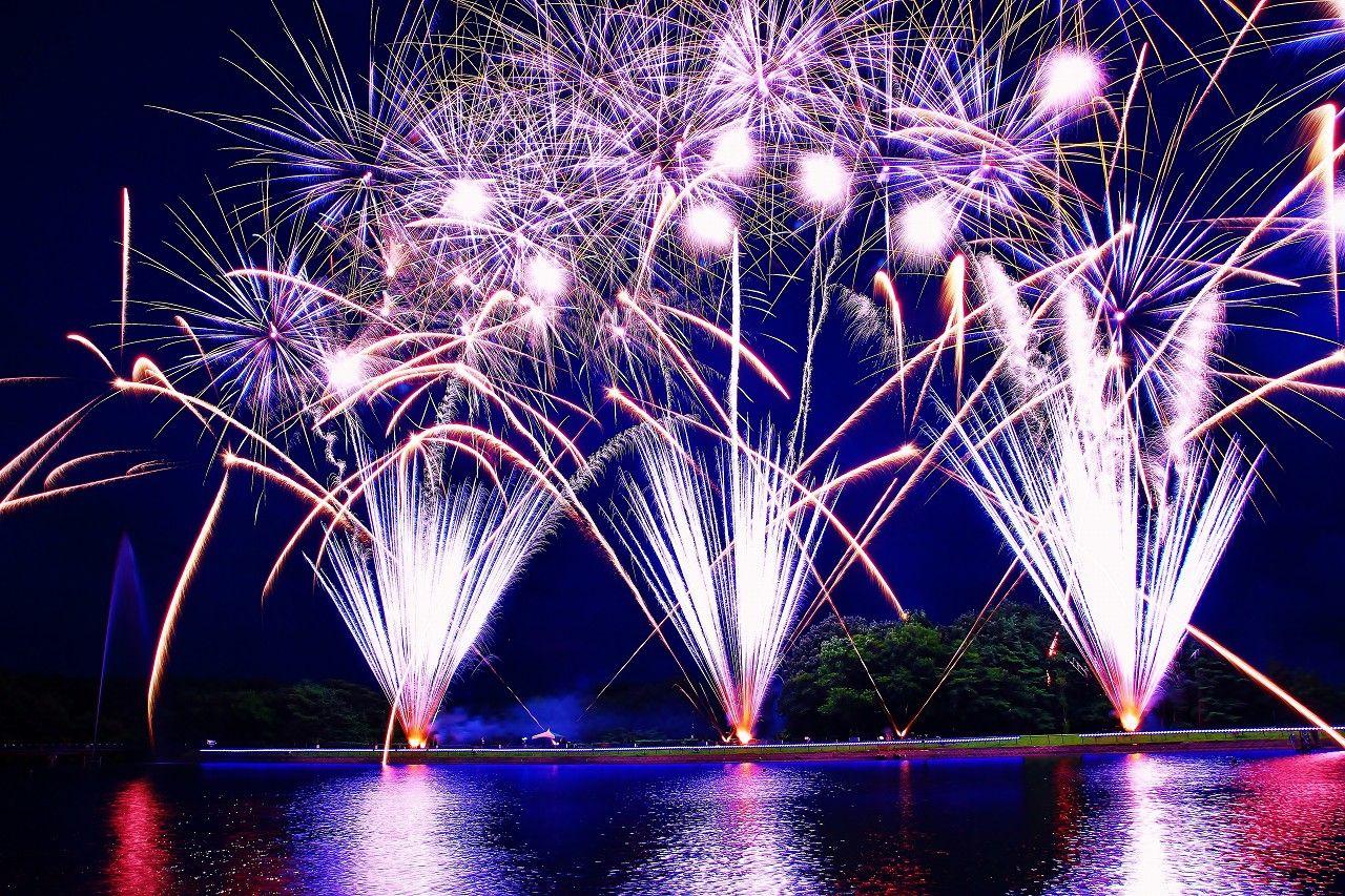 夏の夜空に炸裂する湖上の花火「那須りんどう湖レイクビュー」