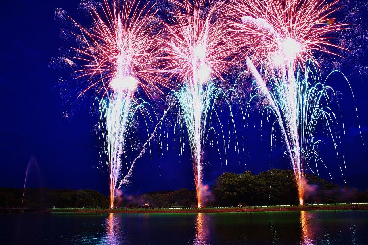 リピーター続出!幻想的な湖上の花火にうっとり