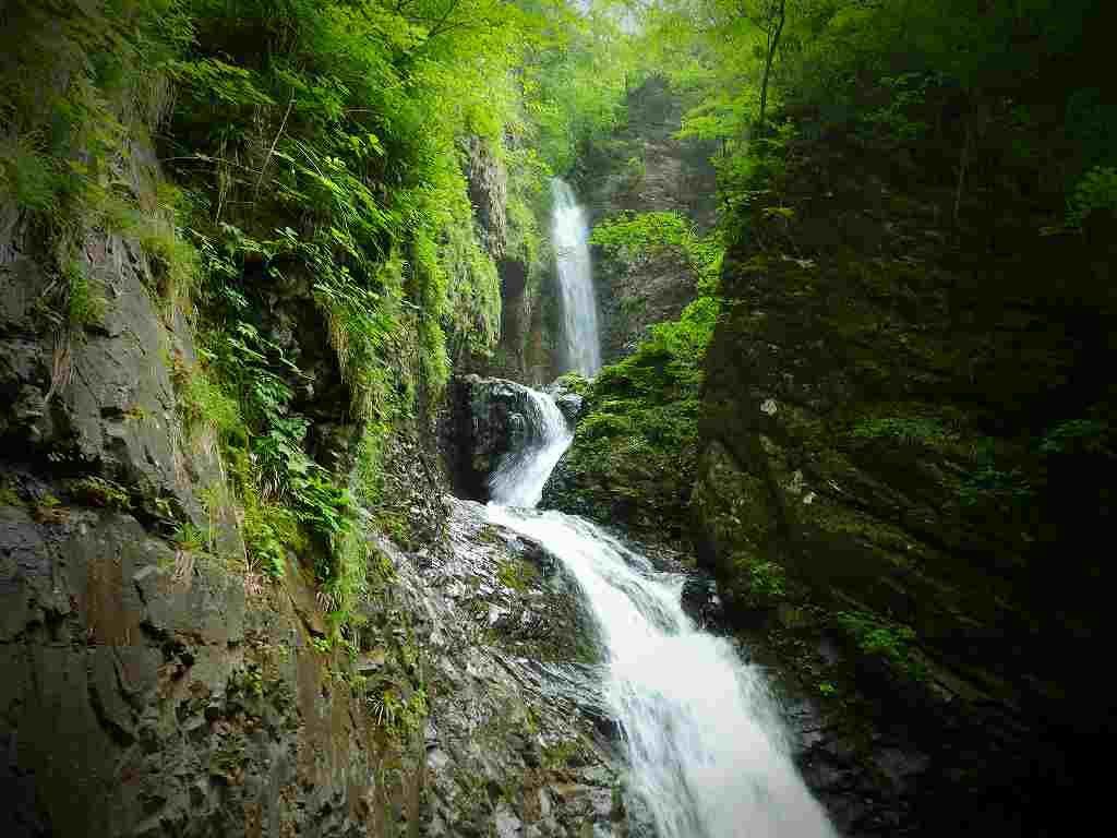 まるで竜が天に昇るような三段の滝「竜化の滝」は圧巻!