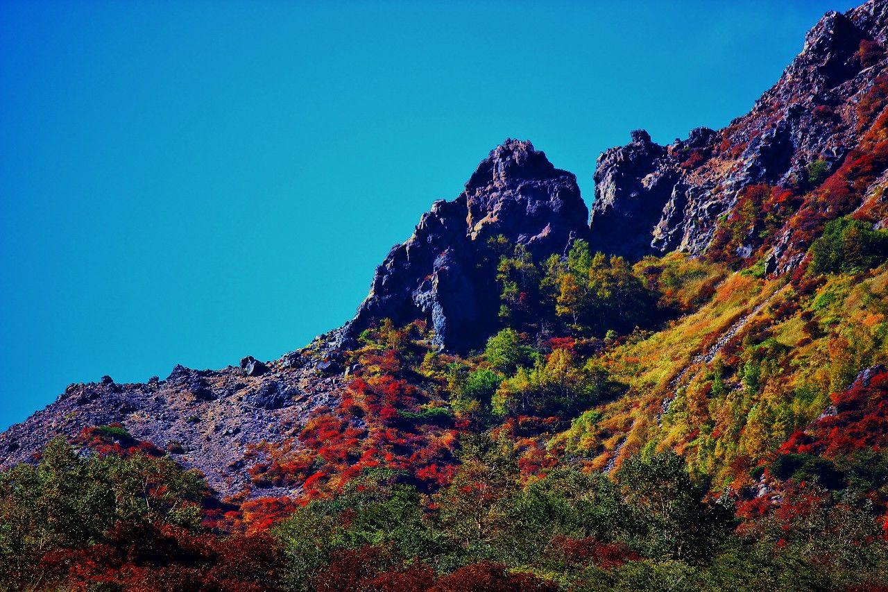 噴煙立ち上る「茶臼岳」を回り那須の名峰「朝日岳」の紅葉を!