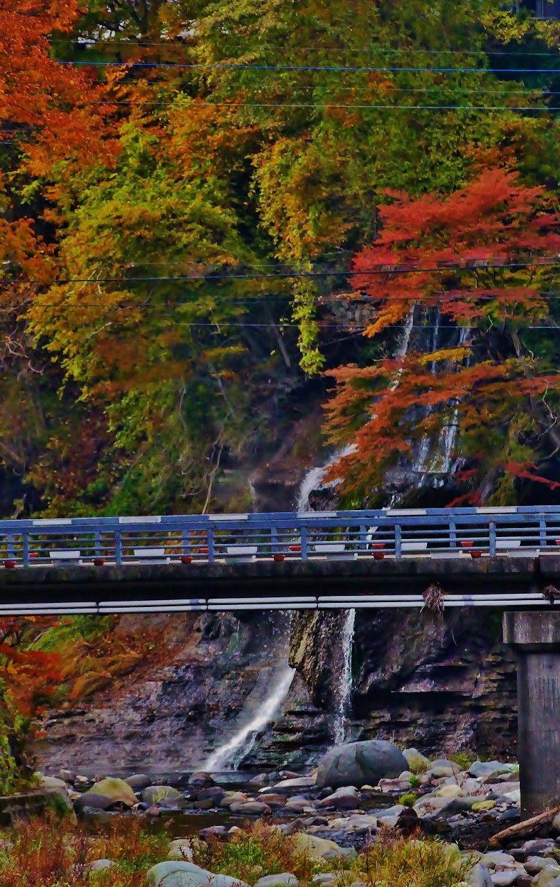"""温泉街にある""""七弦の滝""""は橋の上から見物できます。"""