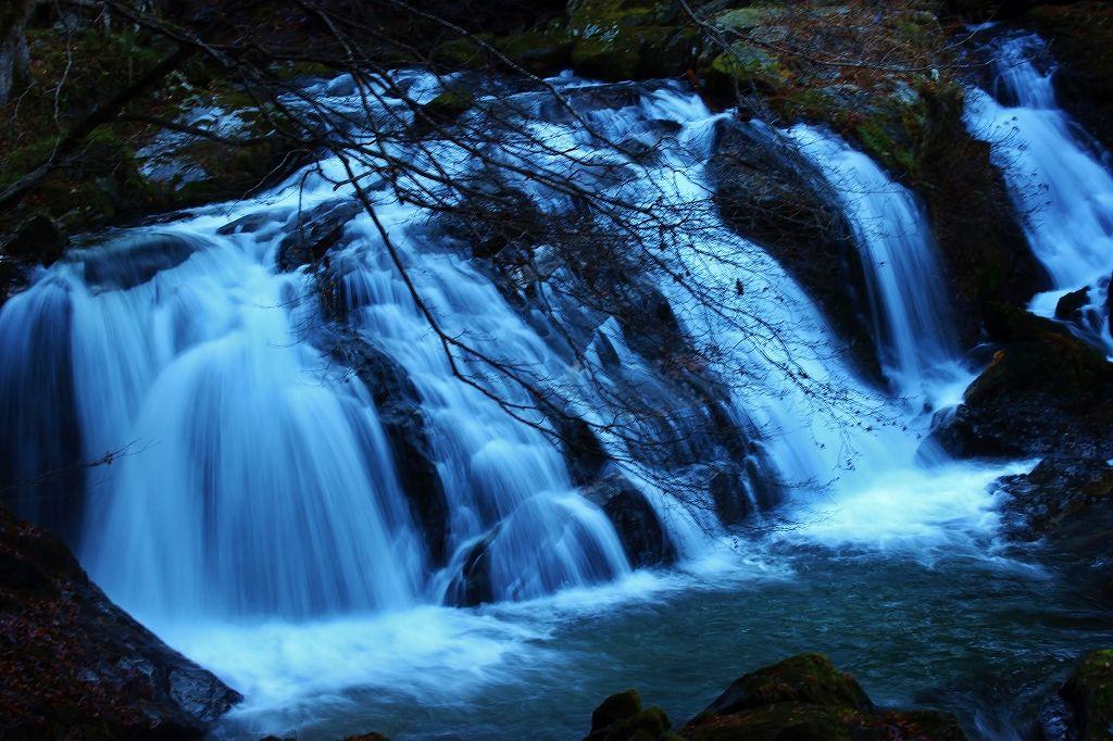 「江竜田の滝遊歩道」の最初に見える大きな滝が「二見ケ滝」