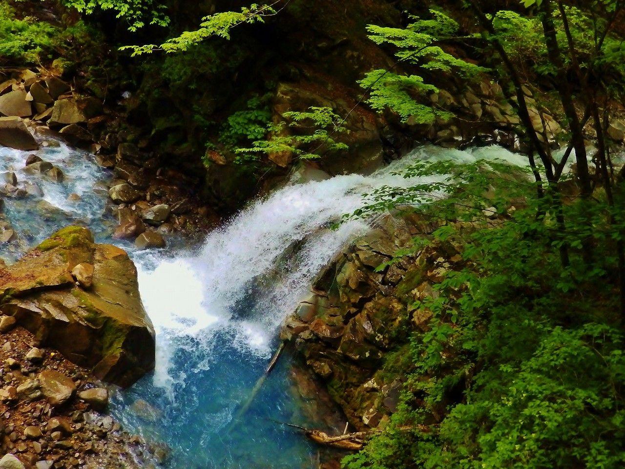 「仁三郎の滝(舞姫滝)」とスッカンブルーの蒼い水を愉しむ