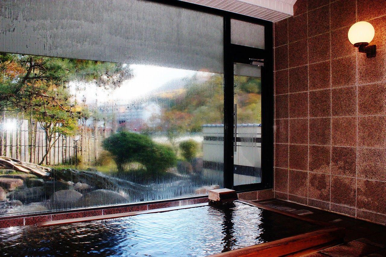 館内中庭には目にも優しい赤沢が流れる滝が愉しめます