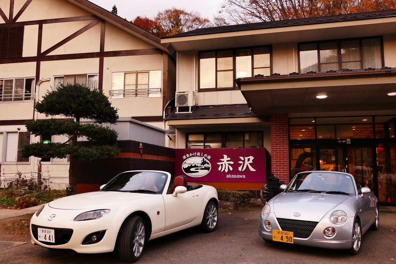 名所観光に超便利、宿独自のオープンカーのレンタカーもある