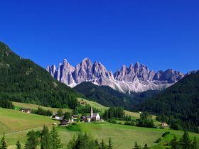 岩山と牧草地が美しい!北イタリア・ドロミテ「フネス谷」