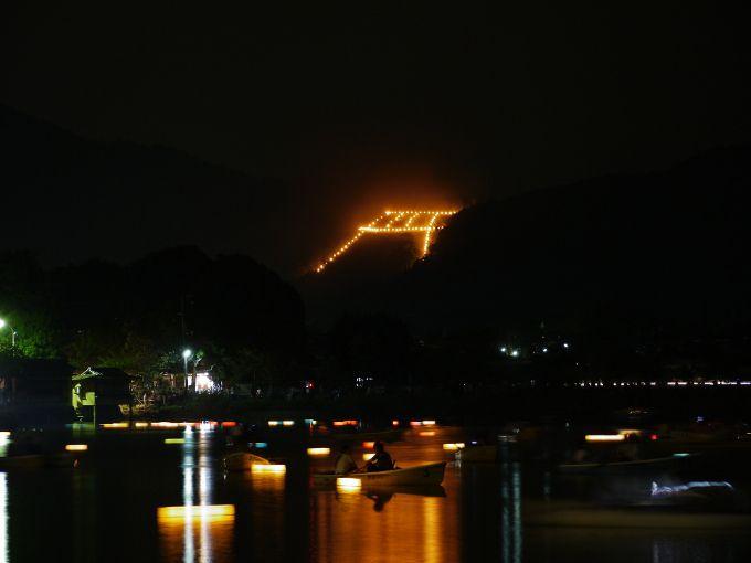嵯峨野曼荼羅山の「鳥居形」送り火