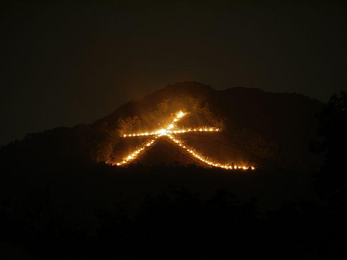 肉眼に近い東山の「大文字」送り火