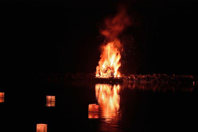 燃え盛る送り火
