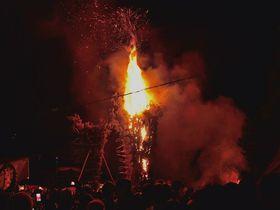 京都三大火祭「京都嵯峨清凉寺お松明式」の燃え盛る炎は、迫力満点!